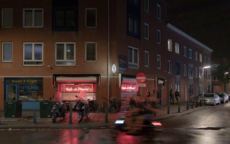 Jongeren op een brommer rijden langs Café de Wereld aan de Van der Vennestraat in de Schilderswijk. Na nachten van onrust was het zaterdagnacht rustig in de wijk.  Beeld Freek van den Bergh / de Volkskrant