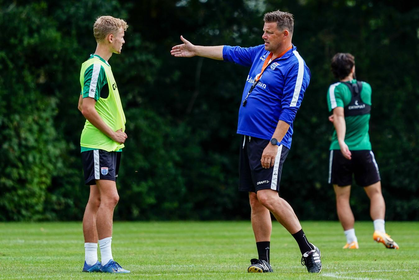 John Stegeman geeft middenvelder Dean Huiberts instructies.