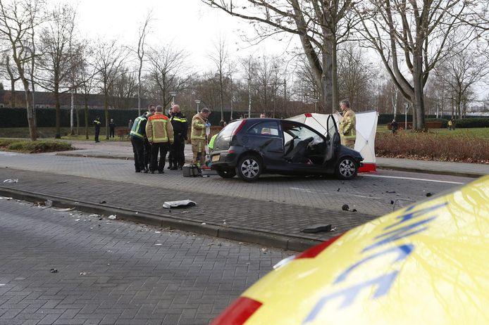 De politie dacht eerst dat het een voetganger betrof die onder de auto bekneld raakte.