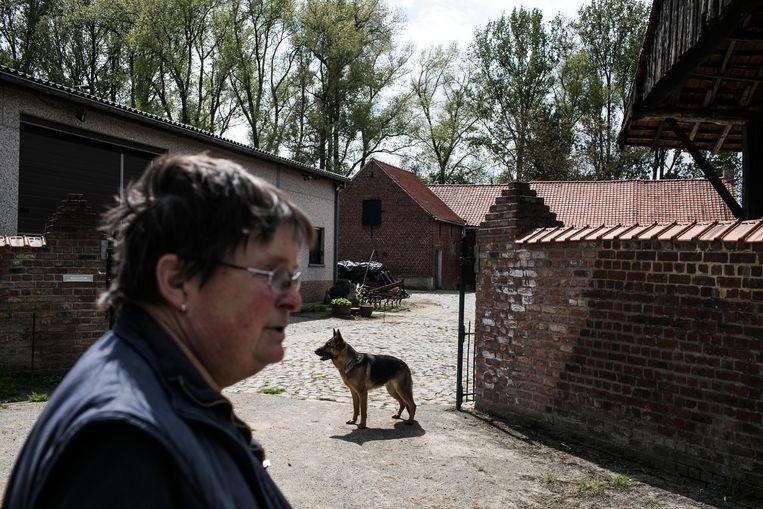 Marie-Jeanne De Bosschere woont al heel haar leven aan de Kouter, maar haar erf ligt misschien straks langs een drukke ringbaan. Beeld Bas Bogaerts