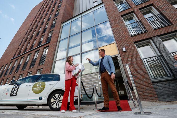 Eerste bewoner Eva Stouthamer krijgt de sleutel van haar appartement van wethouder Paul de Beer. Het nieuwe appartementencomplex City Twin werd woensdagochtend geopend.