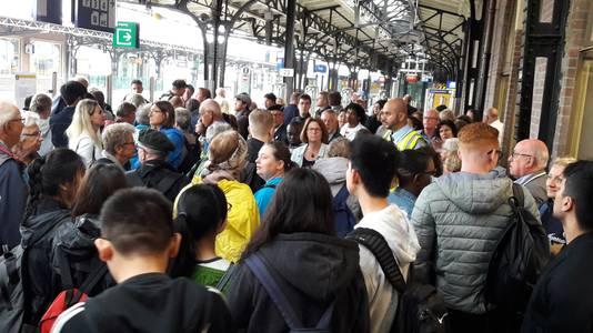 Drukte op station Roosendaal na de dreiging met een bom.