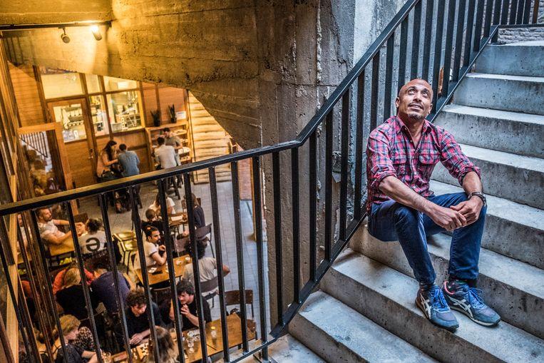 Adel Kassem organiseert maandelijks in een café een praatavond over de emancipatie van lgbtqi uit etnisch-cultureleminderheden.  Beeld Jonas Lampens