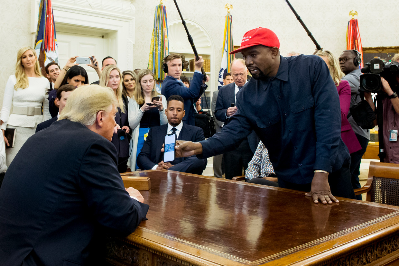 Kanye West wil toch meedoen aan de Amerikaanse presidentsverkiezingen. De rapper heeft zich officieel kandidaat gesteld, meldt TMZ. De Amerikaanse kiescommissie bevestigt de aanmelding van de rapper.