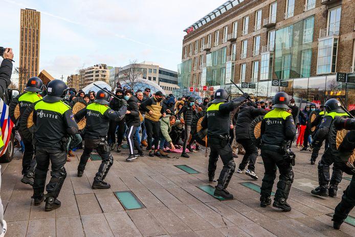 Chaos door zware rellen in Eindhoven na anti-lockdown-demonstraties op zondag.