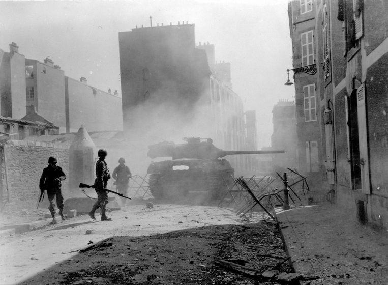 Een Amerikaanse tank in de straten van de Franse kuststad Brest, september 1944. Beeld Getty Images
