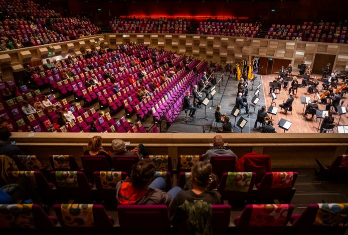 Ondanks het testen gelden in De Doelen alle gewone coronaregels, ook voor het orkest.