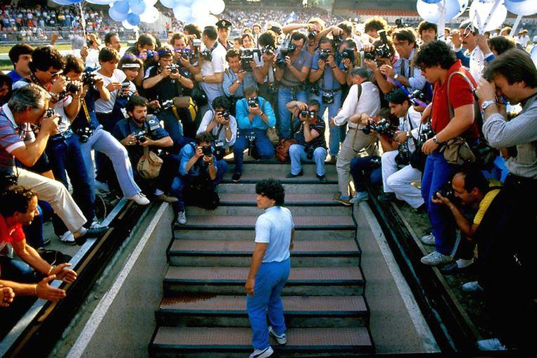 Diego Maradona tijdens zijn voorstelling bij SSC Napoli in 1984. Hij redde in zijn eentje de club, die al een hele tijd op apegapen lag. Beeld rv