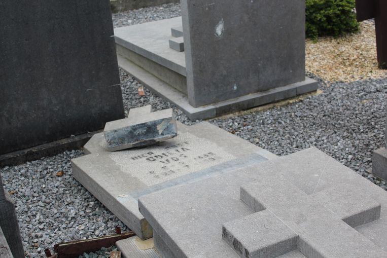 Enkele grafzerken werden omgeduwd