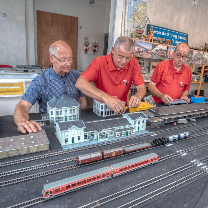 De modelbouwers werken aan het Bergse NS-station. Rechts Guust Hermans.