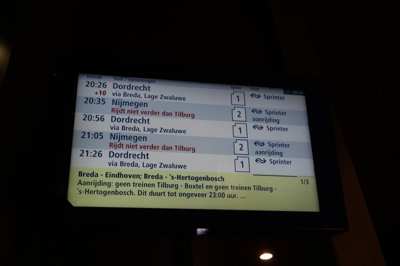 Reizigers op station Reeshof zie dat de trein niet verder rijdt dan Tilburg