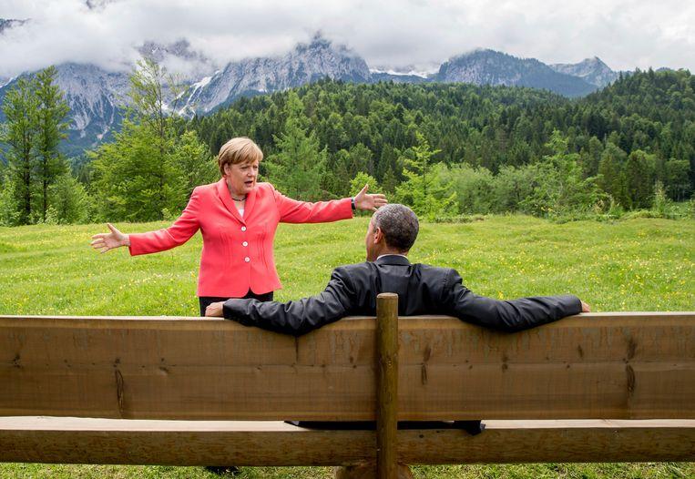 Angela Merkel met Barack Obama in 2015. De man van de grote woorden en visies en de vrouw van de zuinige mondjes leken aanvankelijk weinig gemeen te hebben, maar ontwikkelden in de loop der tijd een uitgesproken goede verstandhouding. Na Barack Obama's presidentschap dineerden ze drie uur lang samen in Berlijn. Beeld AP