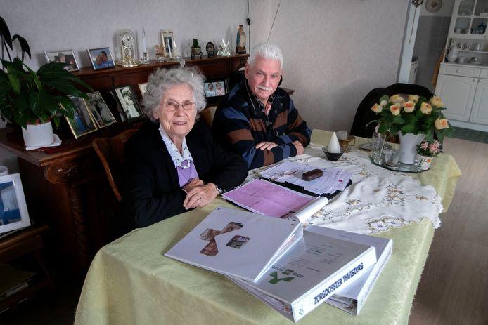 Riet Dijkhoff (88) uit Eindhoven en haar zoon Henry uit Leersum.