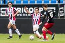 Rick Zuijderwijk (midden) in actie tijdens een vriendschappelijke wedstrijd van Willem II tegen Feyenoord.
