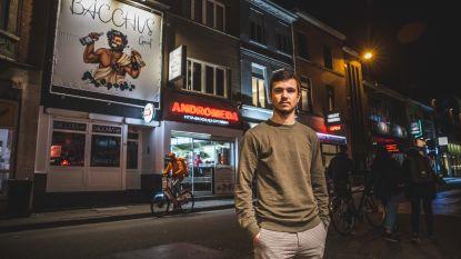 Terwijl zijn leeftijdsgenoten feesten in de Overpoortstraat runt Aaron (19) er een zaak