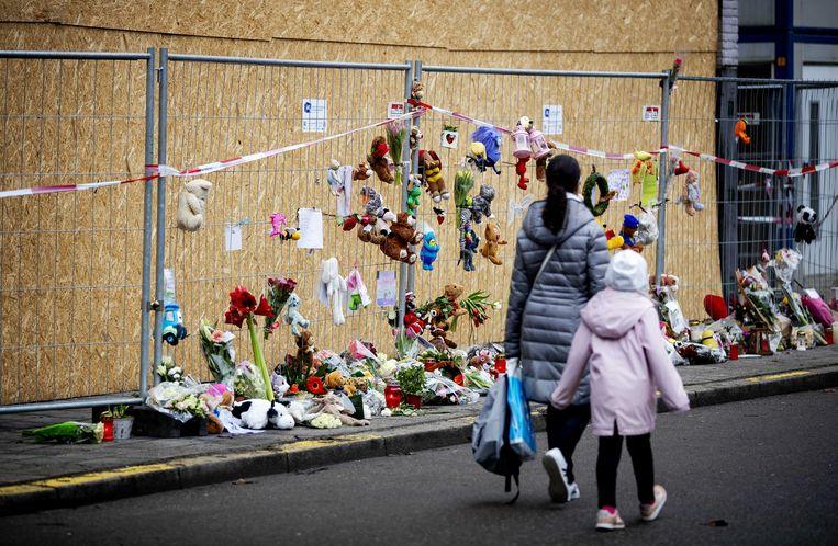 Bloemen en knuffels bij de flat waar op nieuwjaarsnacht een dodelijke brand was. Beeld ANP