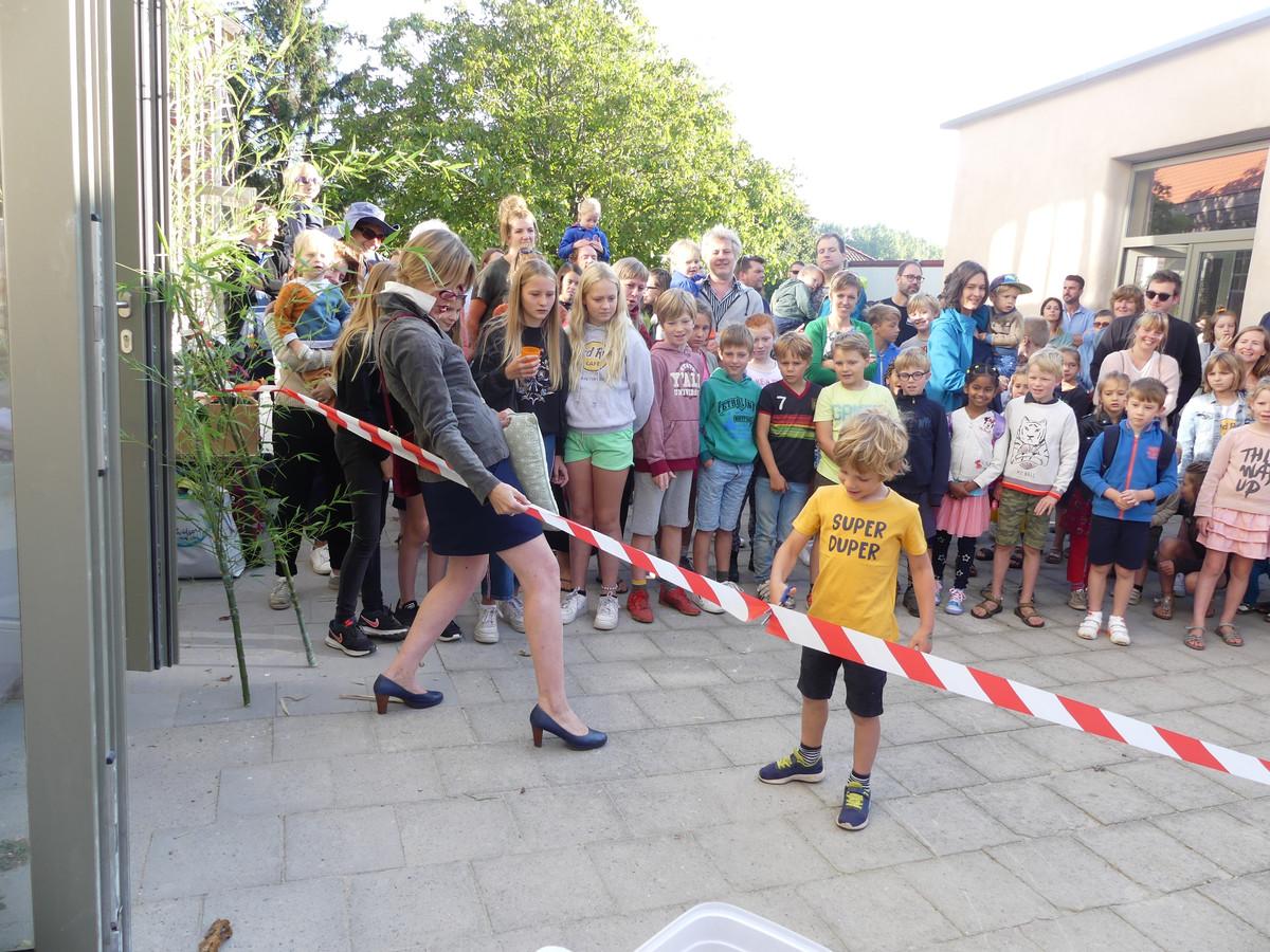 Borre Dewaele kreeg de eer om het lintje door te knippen aan de nieuwe klaslokalen.