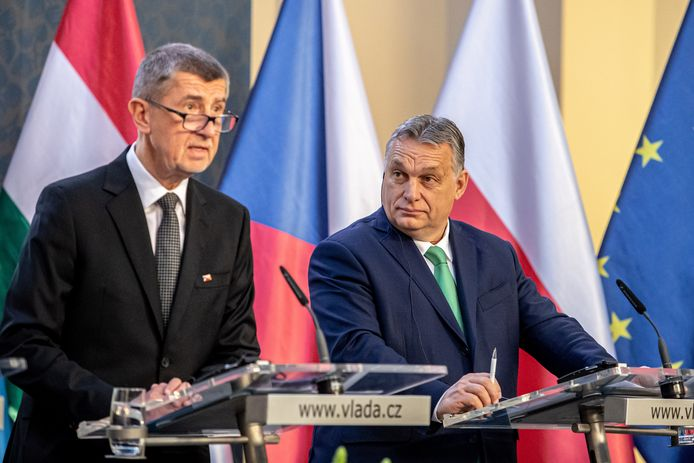 De Tsjechische premier Andrej Babis (L) naast de Hongaarse premier Viktor Orban.