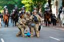 Voor inwoners van Washington en omgeving blijkt al het militaire machtsvertoon reden om júist naar de straten rond het Witte Huis te komen.