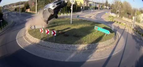 Man racet rechtdoor op rotonde en landt 64 meter verder