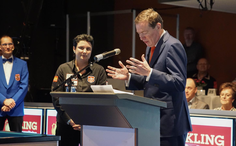 Thérèse Klompenhouwer wordt toegesproken door minister van Sport Bruno Bruins.
