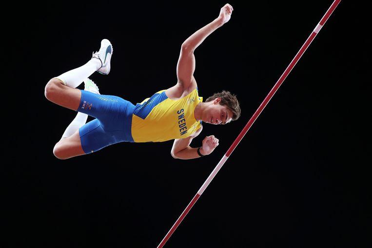 Met groot machtsvertoon wint Armand Duplantisde olympische titel  in het polsstokhoogspringen.  Beeld EPA