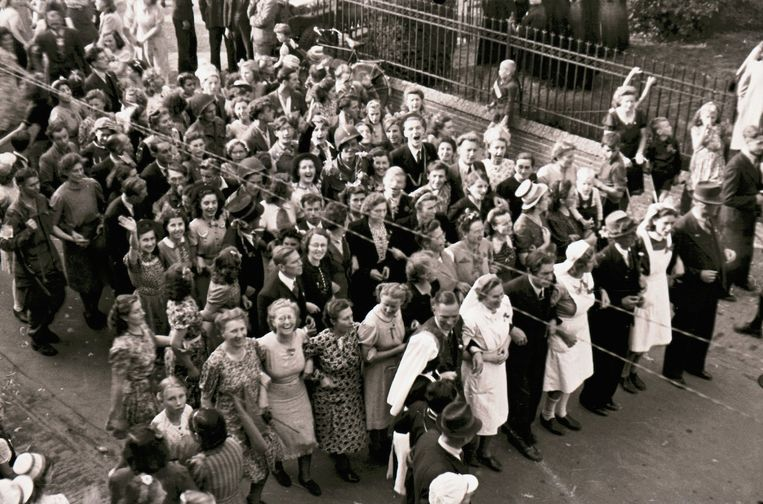 De nonnen lopen voorop bij het bevrijdingsfeest in Veghel. Beeld Johan van Eerd