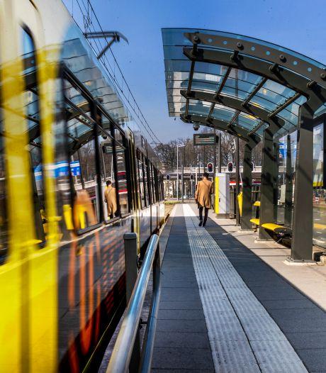 Hekken tussen spoor moet 'levensgevaarlijk' oversteken bij Utrechtse tramhaltes voorkomen
