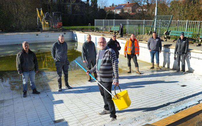 De vrijwilligers die het Julianabad  in Arnemuiden opknappen, (vlnr) Mario, Jeroen, Wim, Aart (voorgrond), Martien, Adri,  Nicky en Pim.