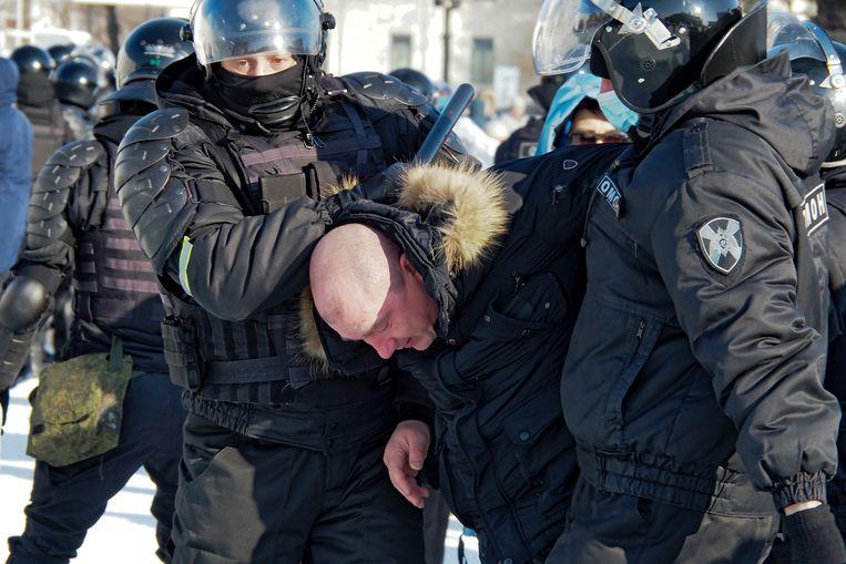 Bij de protesten in Chabarovsk zijn meerdere arrestaties verricht. De Russen demonstreren voor de vrijlating van oppositieleider Aleksej Navalny. Beeld AP