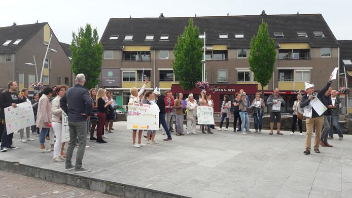 Docenten van een basisscholen in Bladel, Netersel en Casteren overhandigen een petitie aan de burgemeester.