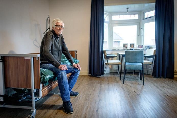 Hans Lodeweges kan weer glimlachen in zijn kamer in het particuliere verpleeghuis Villa Vrijland in Goor