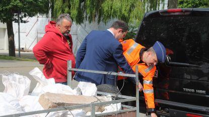 Politie controleert aanhangwagens aan containerpark