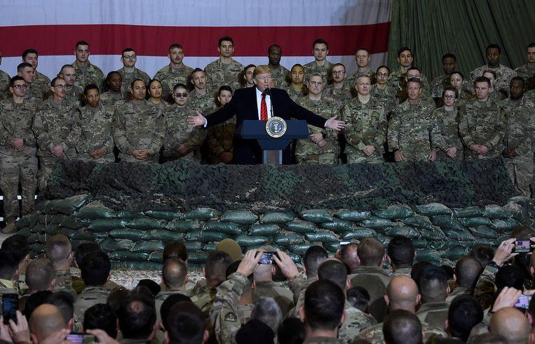 President Donald Trump spreekt de Amerikaanse troepen toe op een verrassingsbezoek in 2019.   Beeld AFP