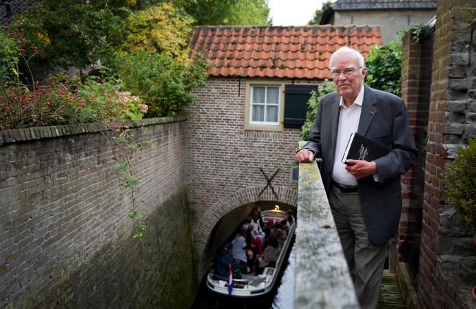 Jan van der Eerden bij de Binnendieze achter zijn woning in de Bossche binnenstad.