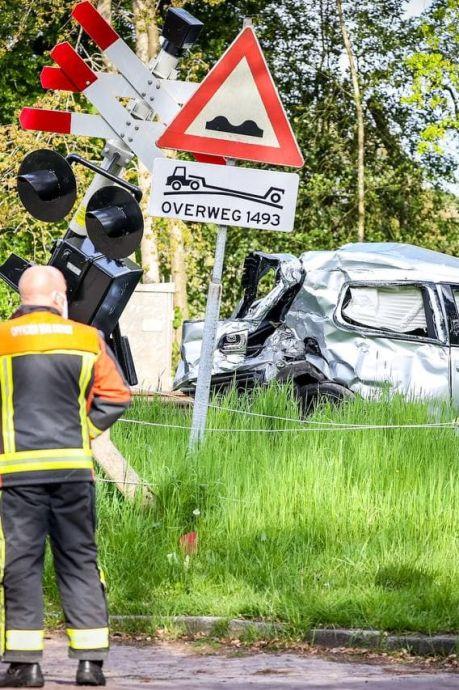 Verongelukte man (20) probeerde 'spannende foto' te maken van zijn nieuwe auto op spoorwegovergang