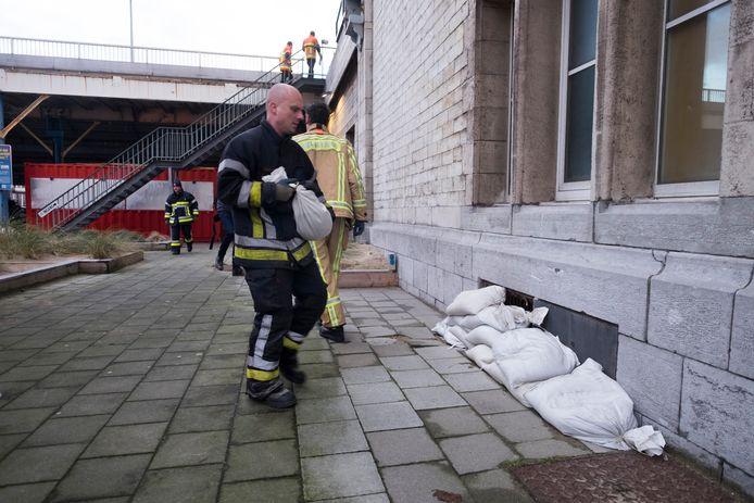 De brandweer legt uit voorzorg al zandzakken klaar.
