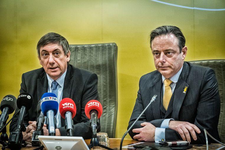 Jan Jambon (links) en Bart De Wever (rechts) tijdens de persconferentie waarop de kieslijsten van N-VA werden voorgesteld. Beeld Tim Dirven