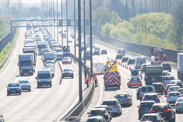 De motorrijder botste in de richting van Brussel tegen een voorligger (links) en werd over de middenberm gekatapulteerd waar het slachtoffer werd aangereden door een bestelwagen.