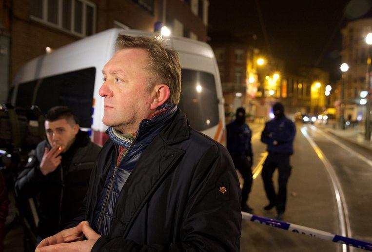 Burgemeester van Vorst Marc-Jean Ghyssels in de Driesstraat, waar in maart 2016 een schietpartij plaatsvond na een huiszoeking in het kader van de aanslagen in Parijs. Beeld BELGA