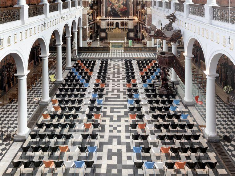 De gekleurde Vlinderstoelen in de Sint-Carolus Borromeuskerk. Beeld RV Toon Grobet
