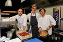Nicolas Decloedt (midden) in zijn voormalig restaurant Dell'Anno in Kortrijk.