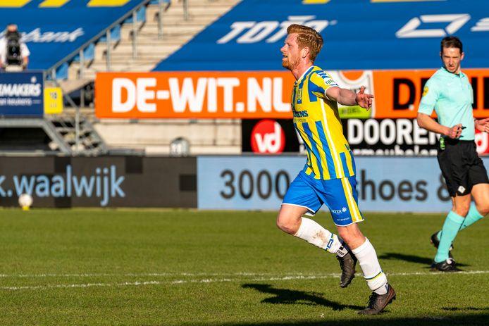 Richard van der Venne maakt de 3-0 in de thuiswedstrijd tegen Heracles.