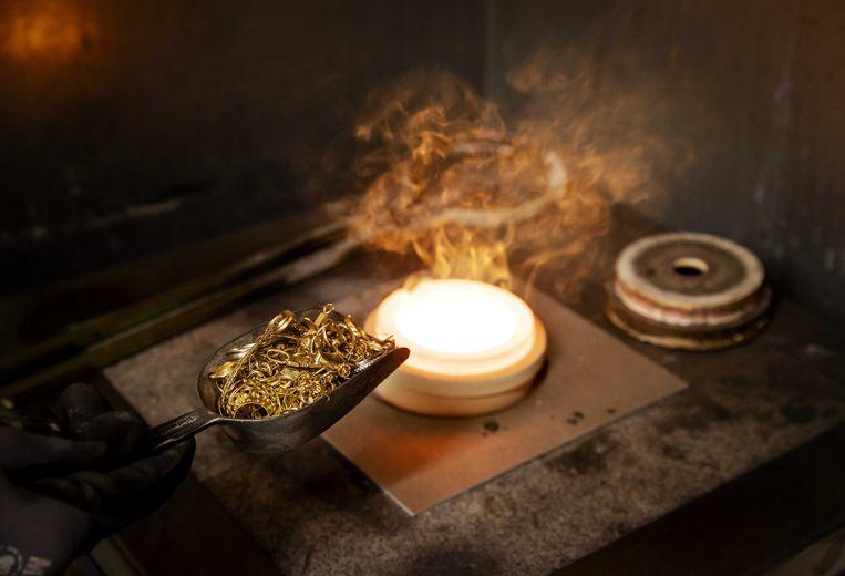 Het smelten van ingekochte gouden sierraden bij het Goudwisselkantoor.  Beeld ANP