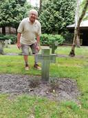 Willie bij het graf van zijn tante Rie, zuster Werenfrida