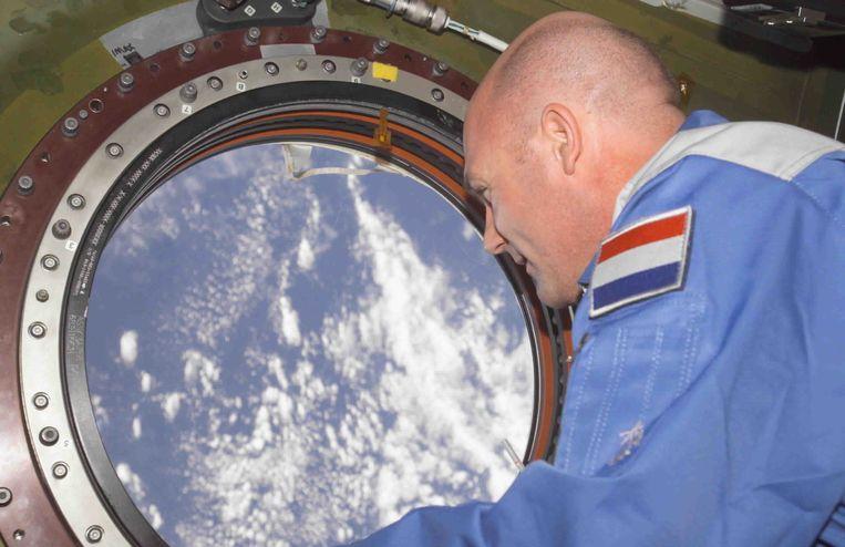 ESA-astronaut Andre Kuipers kijkt, in april 2004, uit een raam van het internationale ruimtestation ISS. Krijgt hij binnenkort een Nederlandse opvolger? Beeld ANP/ESA/NASA