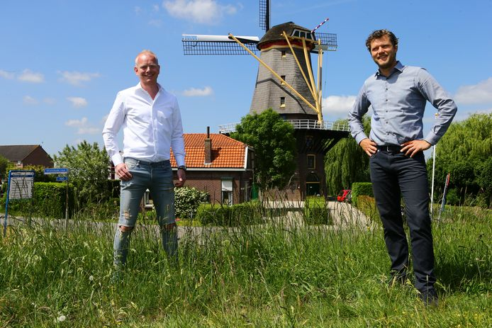 Elco van den Berg (l) en Remco Addink van De Gespreide Herberg bij de  Jan van Arkel in Arkel. De organisatie wil de stellingmolen verbouwen tot bed & breakfast en groepsaccomodatie.