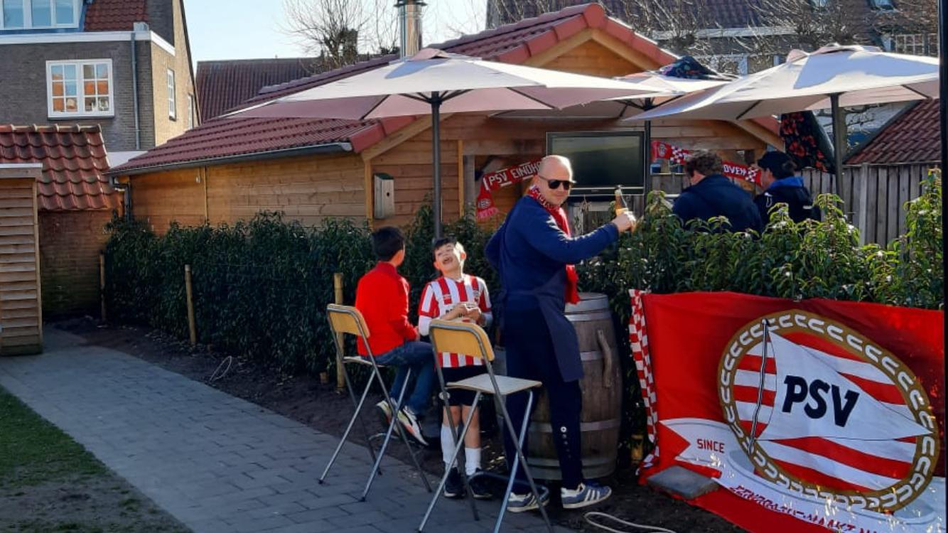 Het 'thuisstadion' waar Rob van Oorschot en zijn buurman in Helmond de wedstrijd PSV-Ajax keken.