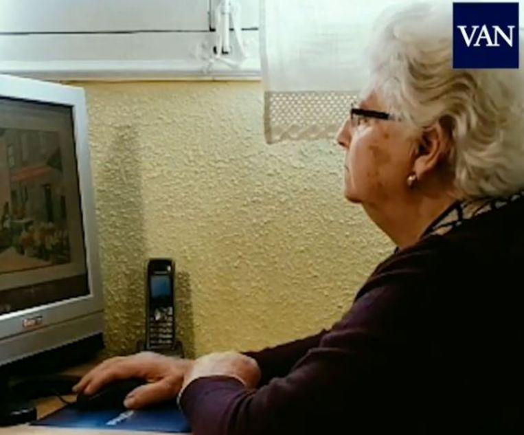 Concha (87) achter haar computer.