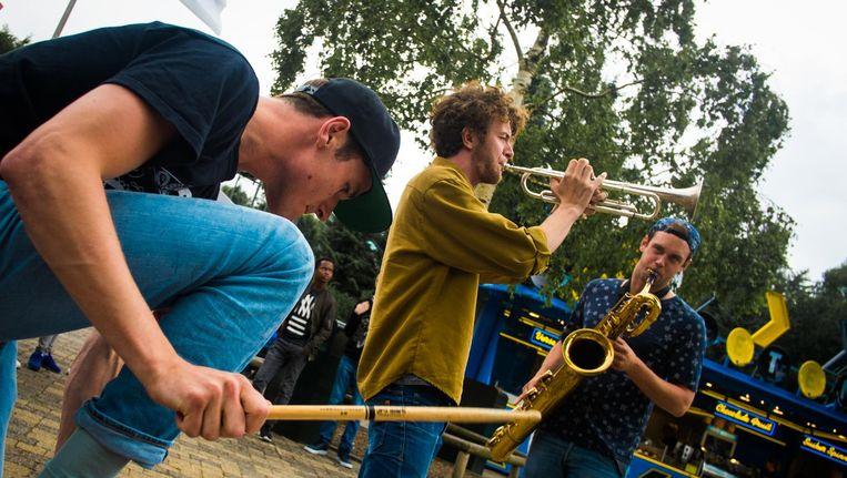 Brass Rave Unit treedt donderdagmiddag op in station Weesperplein. Beeld Axel Rueb